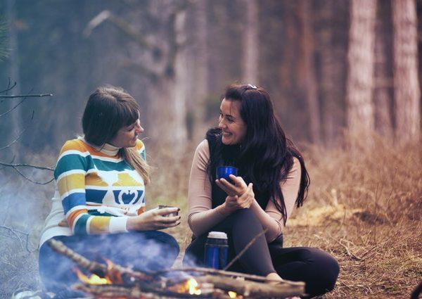 приятелки си говорят гора огън