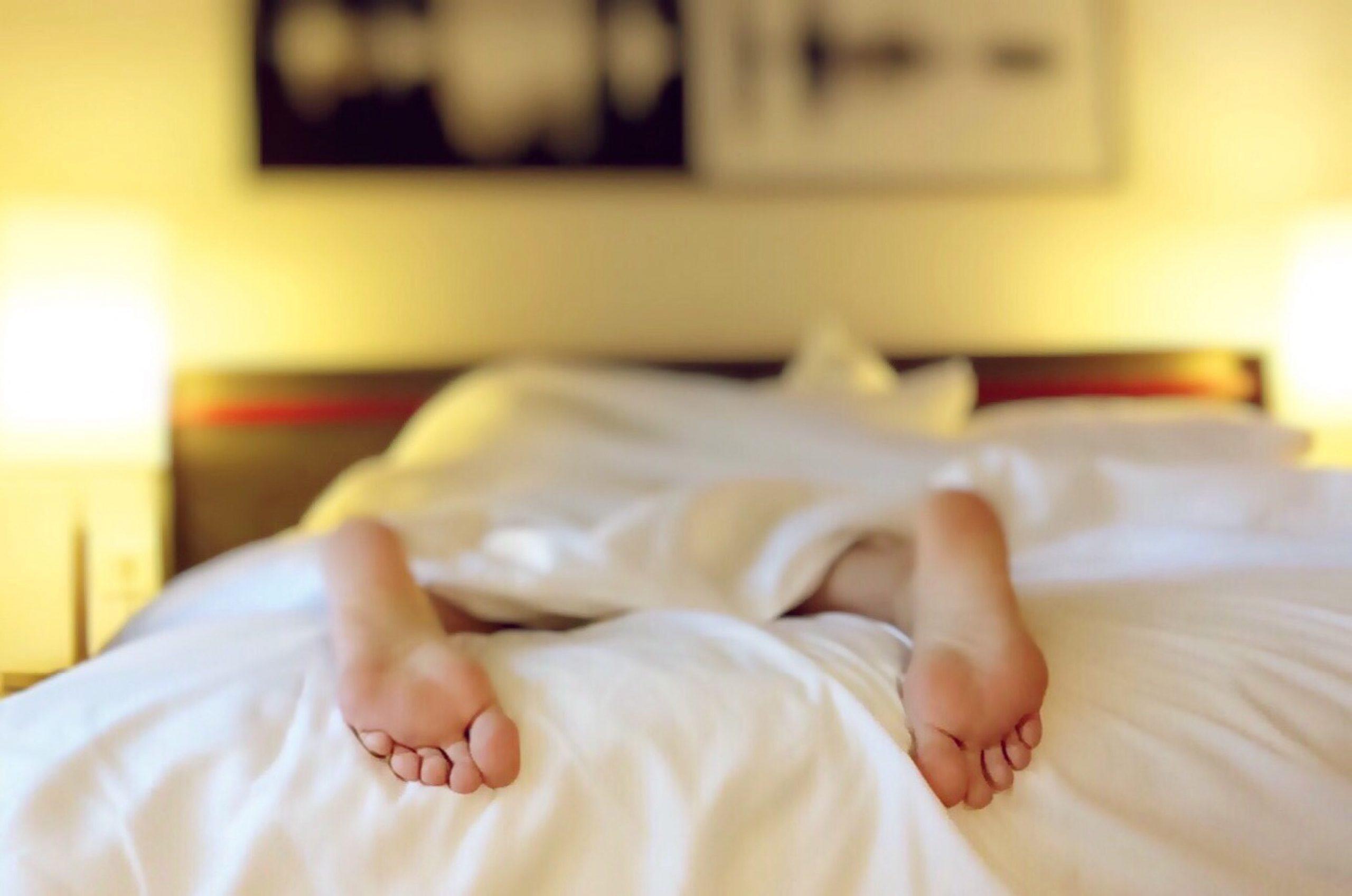 интимна двойка в леглото